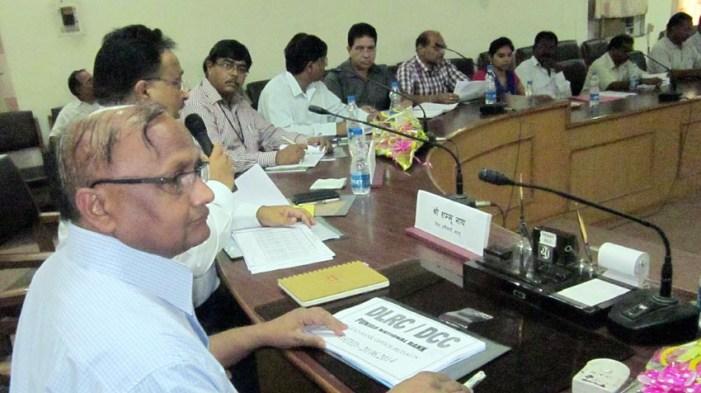 डीएम ने बैठक में बैंक अफसरों को दिए कड़े निर्देश, चेतावनी भी दी