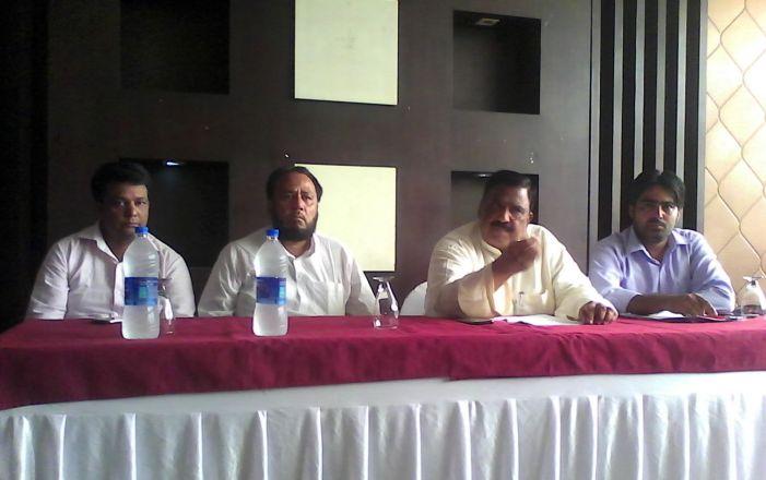 पीड़ित पत्रकार का धरना जारी, आरोपी ने पत्रकारों को दी दावत