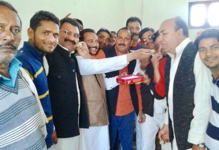सपा प्रत्याशी ओमकार सिंह यादव की जीत पर पटाखे छोड़ कर बांटी मिठाई