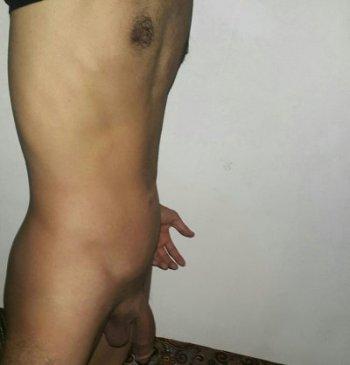 Un BG algérien sexhibe nu