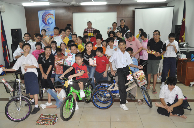 Youth from The Salvation Army Special Children's Home happily posing with their gifts after receiving it from Connie Chin, the resort's Director of Marketing Communications (second row, fourth from left), Tee Mei Fong, Senior Marketing Communications (second row, first from left) and Lai Ming Hoe, Senior IT Executive (back row, first from right).