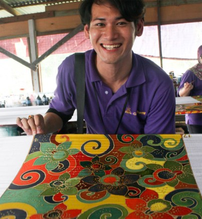 Batik being painted by one of the delegates of KKS 2012
