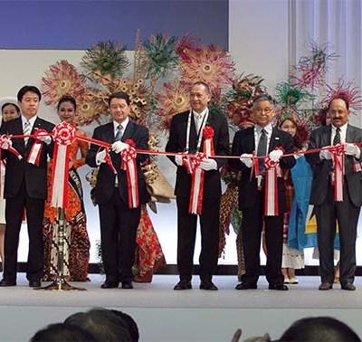 Dato' Seri Mohamed Nazri Abdul Aziz flanked by senior tourism officials at the opening ceremony of the JATA Tabihaku Travel Showcase 2013.