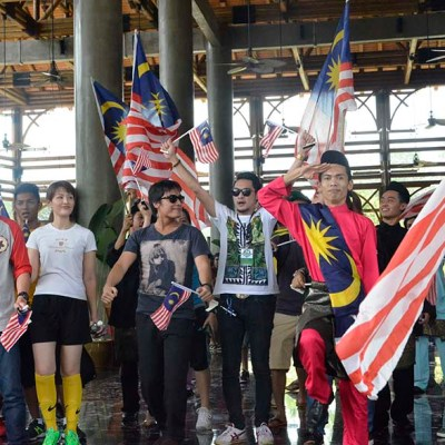 Resort staff Khairul Azmi wore an attire draped in the Malaysian flag and performed a Merdeka flash mob at the lobby together other staffs and popular artists.