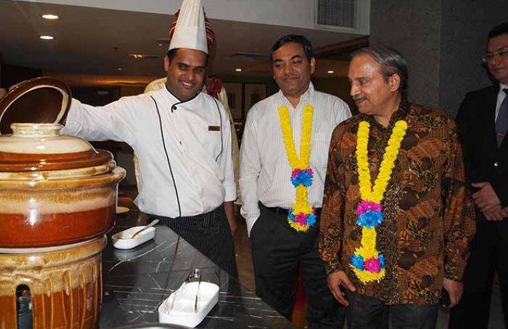 3) Chef Sadaquat Khan introducing some his signature dishes to Shri Vinesh Kumar Kalra, Second Secretary – High Commission of India, Shri K.N Ramachandran, First Secretary - High Commission of India and Steven Ong, Director of Sales & Marketing – BEST WESTERN PREMIER Dua.