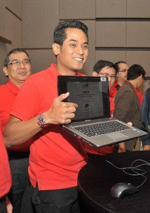 Yang Berhormat Encik Khairy Jamaluddin Abu Bakar, registering as the first participant to participate in the OCBC Cycle Malaysia in January next year.