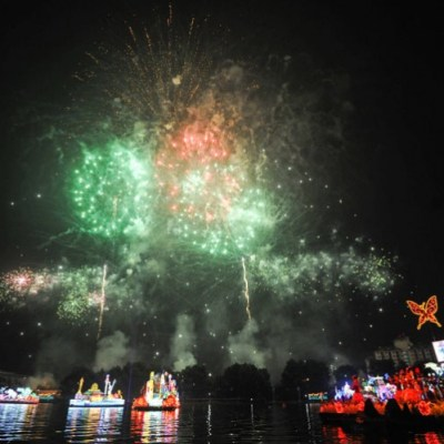 "Dazzling display of fireworks set the sky ablaze at the ""Magic of the Night"" featuring beautiful floral floats gliding along the Putrajaya Lake. - Credit to vmy2014.com"