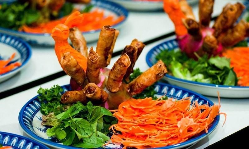 Vietnamese Gourmands Blaze a Food Trail in Hue