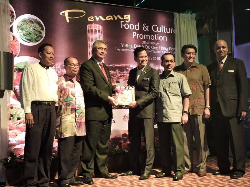 Datuk Rashidi (fourth from right) and Encik Mohamad Halim (third from left) posing with other VIPs during the launch of Penang Food Promotion at Zende Restaurant, Seri Pacific Hotel Kuala Lumpur