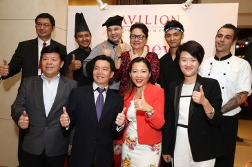 (L-R) ; Mr. Tony Thong, Head of Sales, Visa International (Asia Pacific), Mr. Jason Lee, General Manager, Rémy Cointreau International Malaysia, Mr. Eric Wong, Customer Franchise Director, Citibank Berhad, Ms. Joyce Yap, Chief Executive Officer of Retail, Pavilion Kuala Lumpur, Ms. Kung Suan Ai, Director of Marketing, Pavilion Kuala Lumpur, and Ms. Pearl Lai, Corporate Communications and CSR Director, Carlsberg Marketing Sdn Bhd with the chefs at the launch of Journey of Taste in Pavilion Kuala Lumpur.