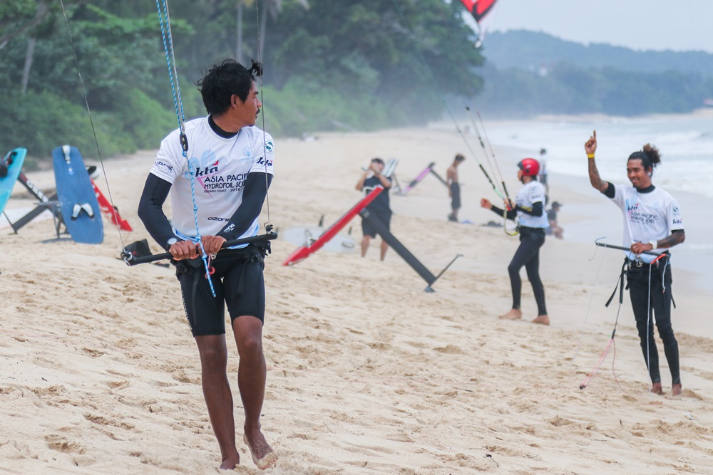 Participants of the Kite Board Tour Asia (KTA) Asia Pacific Hydrofoil Series getting ready to enter the sea. (Picture credit to KTA media)