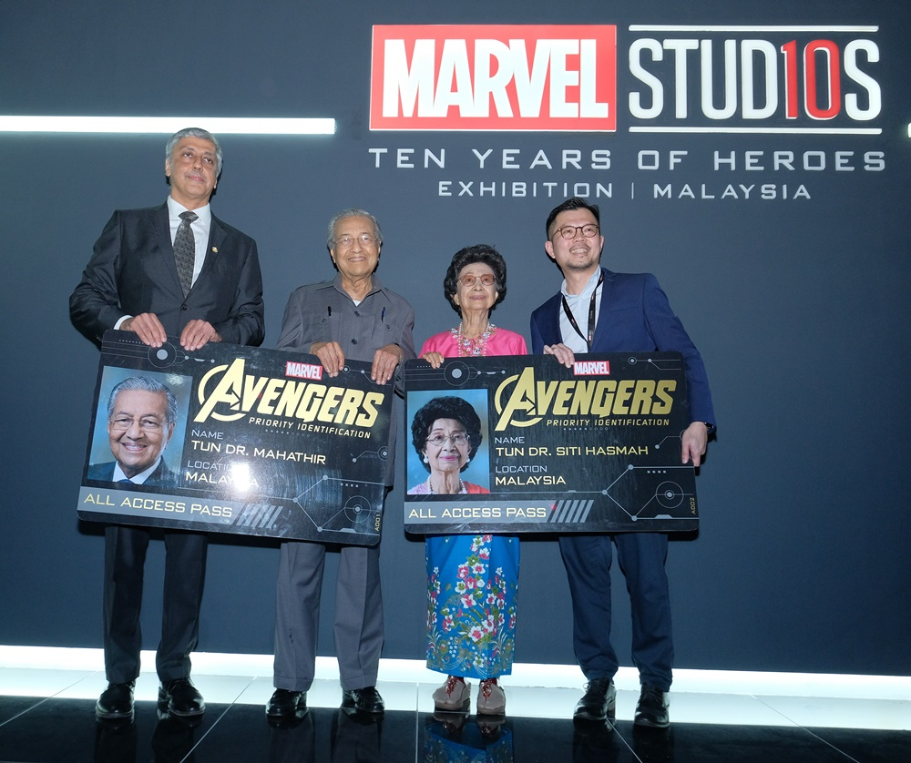 Tun Dr. Mahathir Mohamad and T un Dr . S iti H asmah were the first visi tors to Malaysia's first - ever Marvel Studios: Ten Years of Heroes Exhibition . Also with them are Mahesh Samat, Executive Vice President, Consumer Products Commercialization, The Walt Disney Company APAC and Datuk Liew, Chairman of Crave Alive