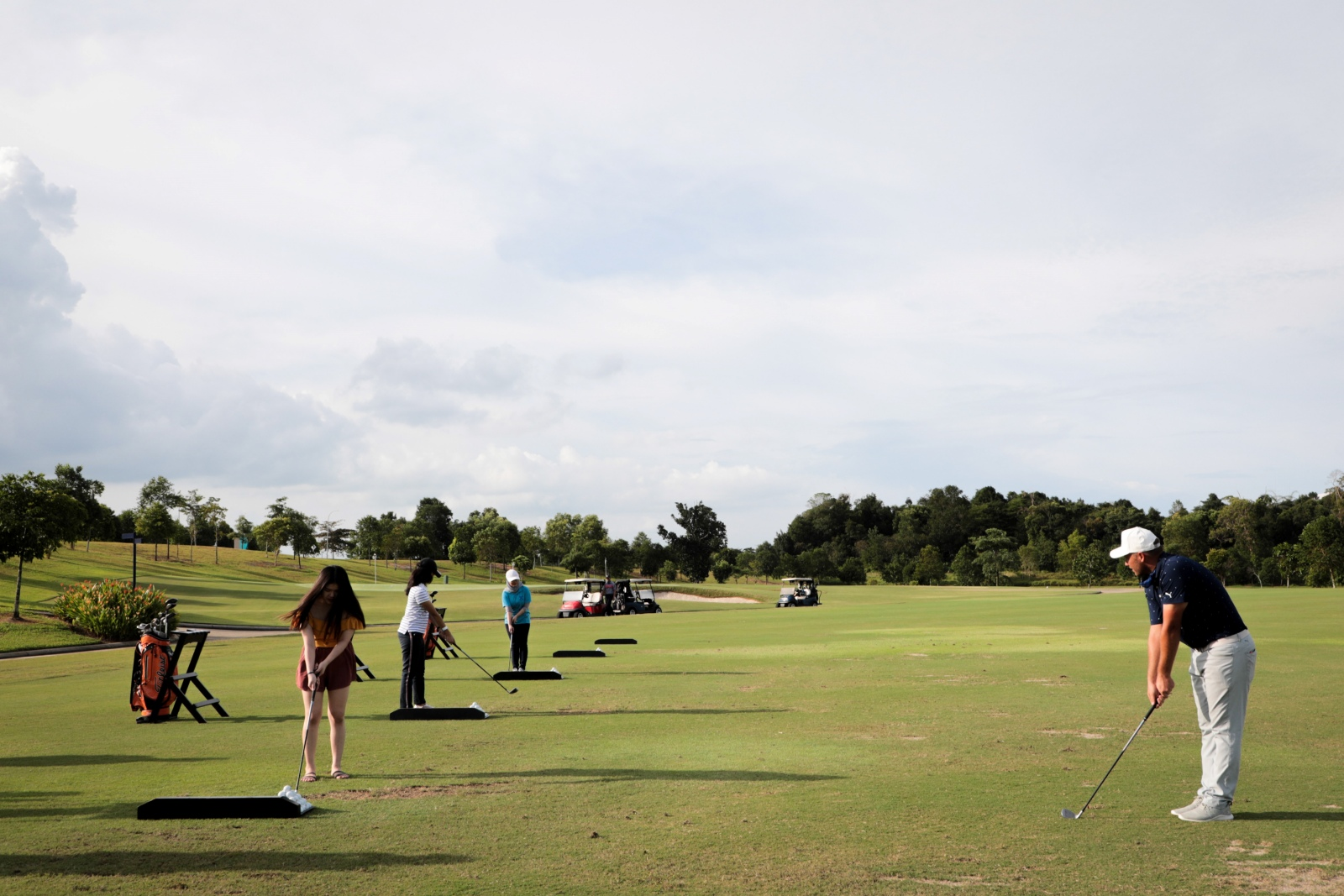 Members of media joining the introductory class with the golf pro, David Lamprecht (Photo by Raihan Fozian)