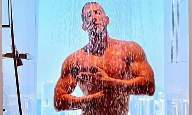 Alex Palmieri si mostra frontalmente mentre si concede una doccia in un albergo di Dubai