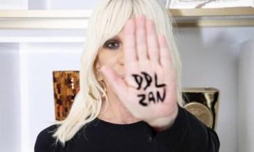 Donatella Versace attacca gli omofobi: «I leghisti mi fanno rabbrividire per quello che dicono»