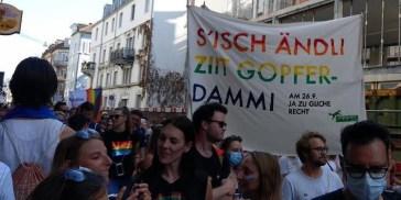 A Zurigo oltre 20.000 persone marciano al Pride per il matrimonio egualitario (GALLERY)