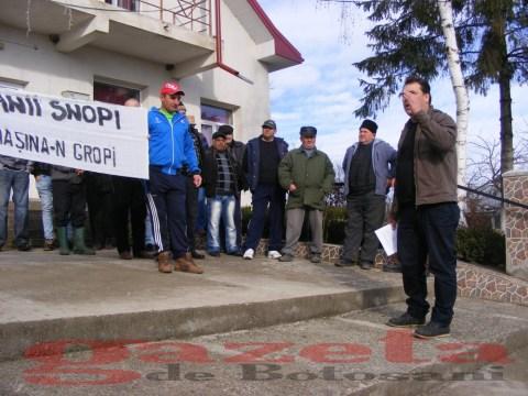 protest- drum- judetean-gropi-nicseni-roma-casa-fisuri-tinaj-rural-sate-drumuri-masini (78)
