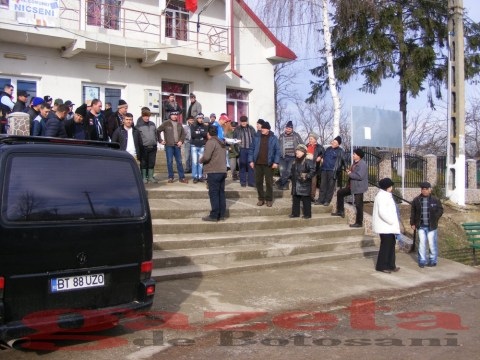 protest- drum- judetean-gropi-nicseni-roma-casa-fisuri-tinaj-rural-sate-drumuri-masini (87)