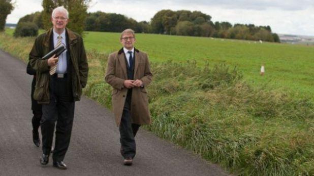 O juiz Nigel Sweeney e o advogado de acusação, Michael Bowes, no campo de pouso onde Victoria caiu com o paraquedas