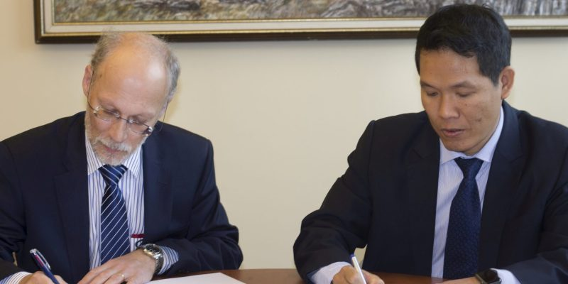 Dr. Neil Bose and Dr. Phan Minh Quoc Binh, rector, PVU, sign Agreement of Co-operation on Nov. 8.