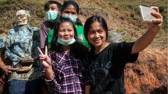 Σε ένα χωριό στην Ινδονησία κάθε χρόνο ξεθάβουν τους νεκρούς για να βγάλουν selfie (pics & vid)