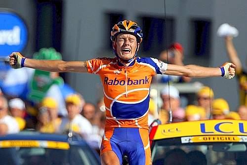 Rasmussen ce la fa: per lui 176 km di fuga ed esultanza che ricorda quella di Pantani nella tappa che nel 1998 arrivava a Les Deux Alpes. Ansa