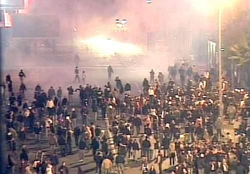 Un altro fermo immagine degli scontri a Catania. Ansa