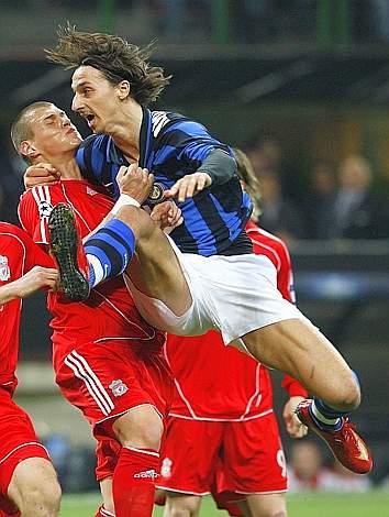 Curioso abbraccio di Ibrahimovic a Martin Skrtel. Reuters