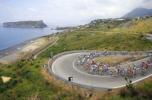 Ancora spettacoli mozzafiato nella quinta tappa del Giro. Reuters