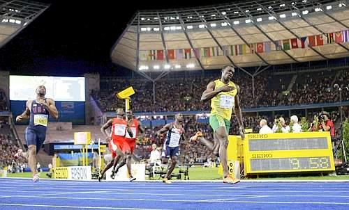 Bolt sul traguardo: il crono segna il suo storico 9''58. (GazSport)