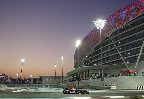 Abu Dhabi, riflettori accesi durante la gara. (Gazzetta)