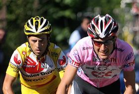 Ivan Basso e Gilberto Simoni in azione ieri. Afp