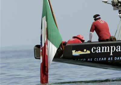 L'equipaggio di Mascalzone Latino attende invano il vento a Valencia. Reuters