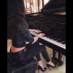 Topa clamorosa suona il pianoforte