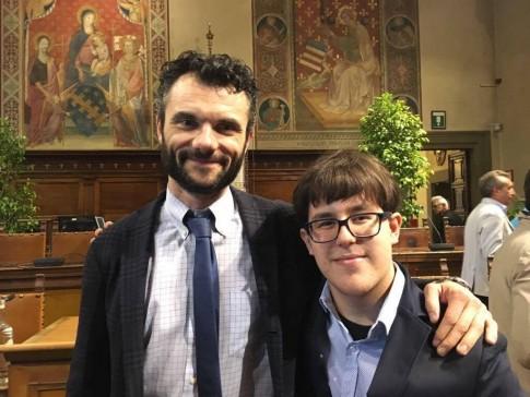 Il sindaco Matteo Biffoni e il vincitore Alessandro Favilli