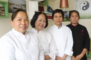 La chef Bui Thi Suong con lo staff del Com Saigon