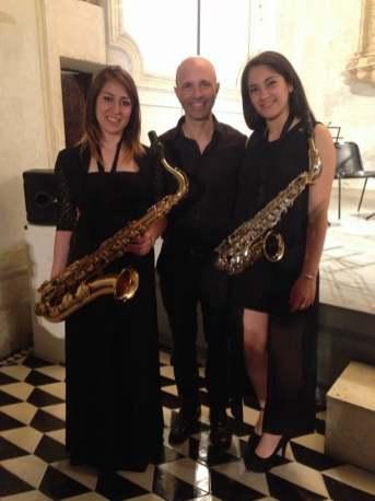 Antonio Fraioli con due sassofoniste