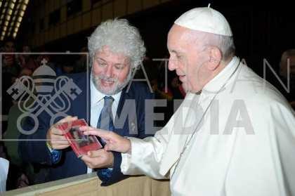 Con Papa Francesco che accarezza il mio Disco 12 Dicembre 2018 Foto 3