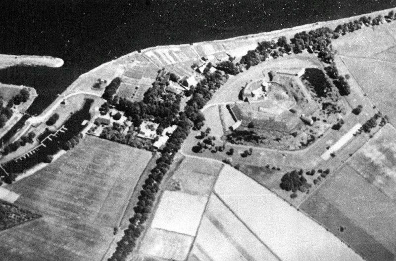 Fort Neufähr. Zdjęcie lotnicze fortu z 1929 r. Widać drogę poprowadzoną na terenie powstałym po częściowym zasypaniu fosy mokrej fortu.