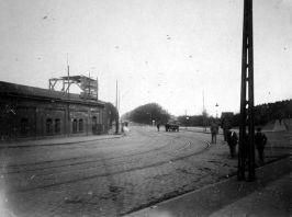 Olivaer Tor Brama Oliwska w 1919 r., jeszcze przed rozbiórką. Widok w kierunki Wielkiej Alei (widocznej w oddali). Zbiory BG PAN.