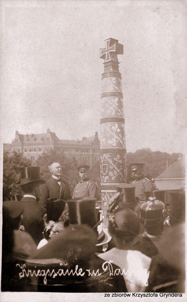 Uroczystość odsłonięcia i przybicia pierwszych ćwieków na Kolumnie Wojennej, 1 sierpnia 1915 r. (ze zbiorów Krzysztofa Gryndera).