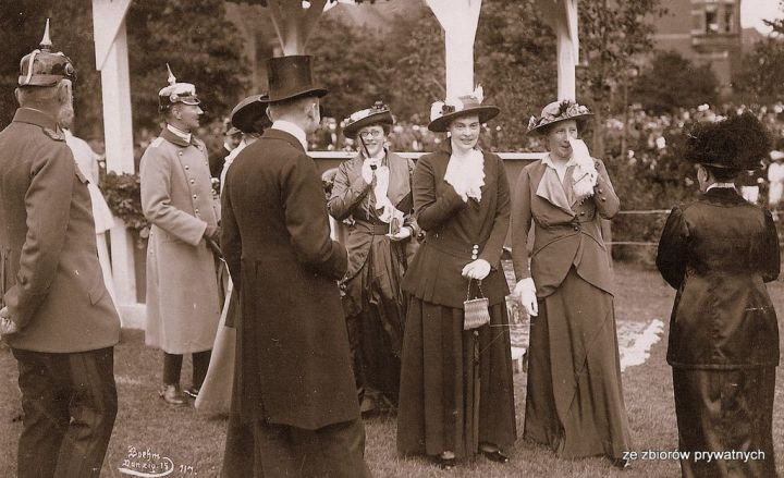 Niezidentyfikowane przedstawicielki elit gdańskich w trakcie uroczystości 1 sierpnia 1915 r. (ze zbiorów prywatnych).