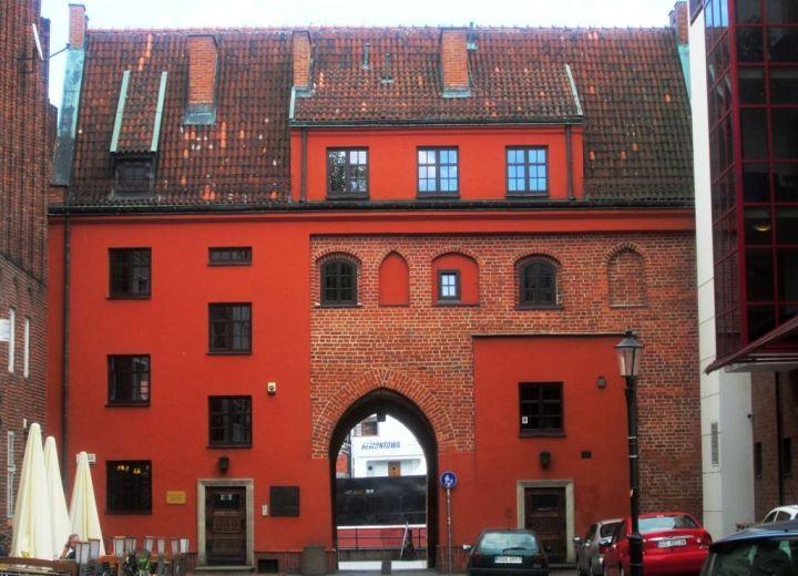 Brama od ulicy Świętojańskiej