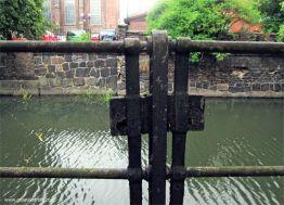być może w tym miejscu istniało zejście do kanału, oryginalne zamknięcie