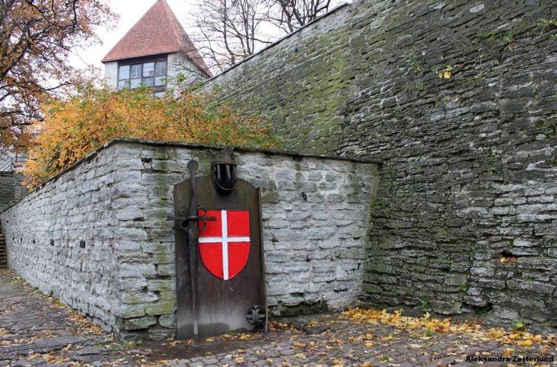 Ogrody Duńskieg Króla w Tallinnie, Waldemar Zwycięski himself i Dannebrog na pierwszym planie.