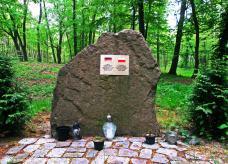 symboliczny obelisk w miejscu grobowca