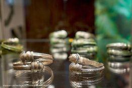 Bransolety żmijowate z zakończeniami w postaci stylizowanych główek węży z II w. n.e.