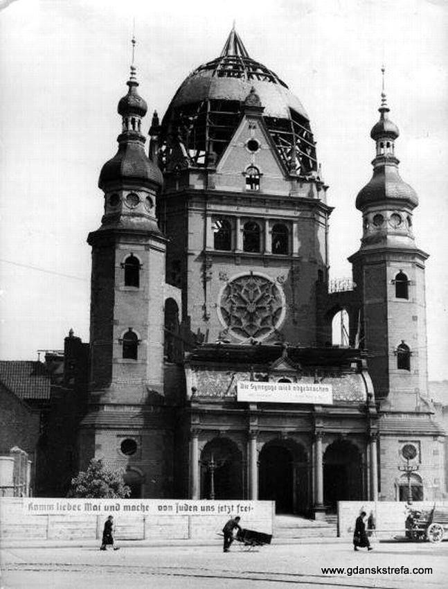 """Rozbiórka Wielkiej Synagogi. od 2 maja 1939 roku władze nazistowskie przystąpiły do rozbiórki synagogi. (napis na płocie """"Przybądź kochany maju i uwolnij nas od Żydów"""")"""