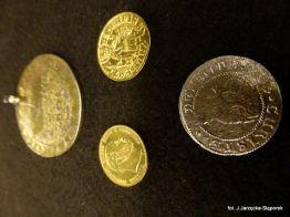 Złote monety, medal oraz gdański grosz oblężniczy z wykopalisk na Targu Siennym.
