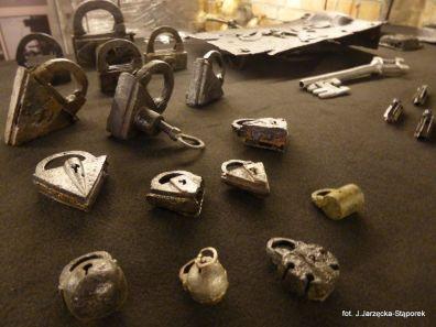 Kłódki i klucze z wykopalisk na Targu Siennym